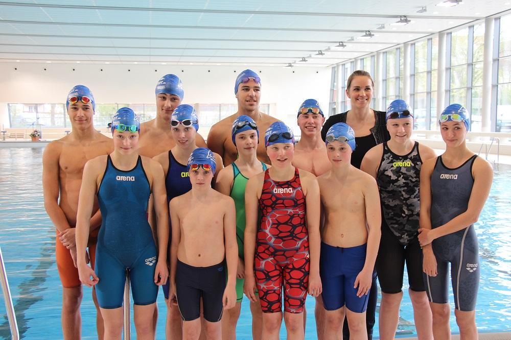 Nachwuchsschwimmer des SC Delphin mit der ehemaligen Weltmeisterin Janine Pietsch