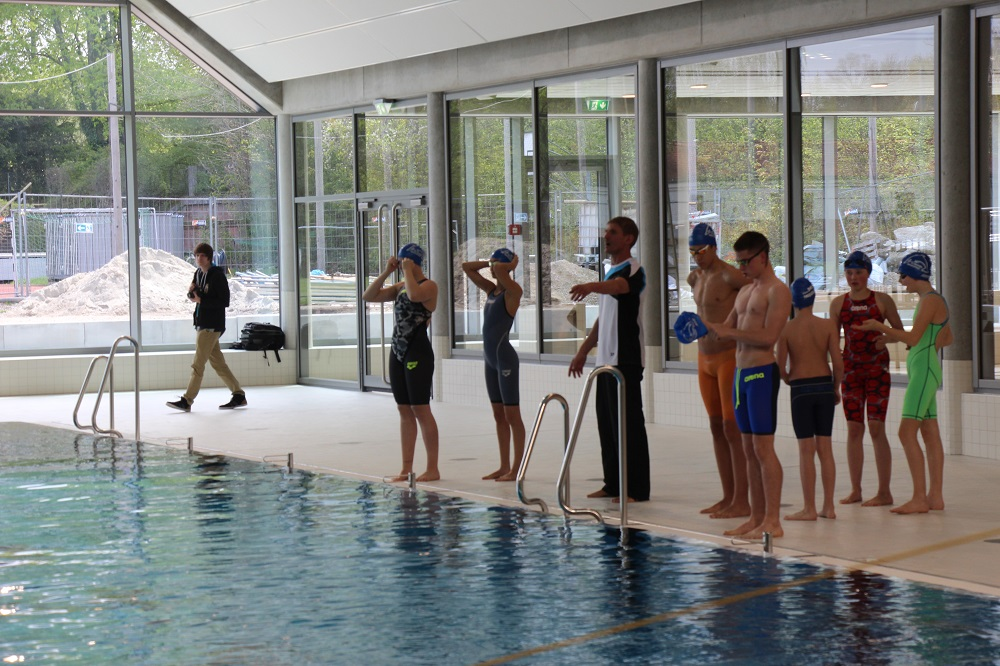 Voller Einsatz beim Staffelschwimmen